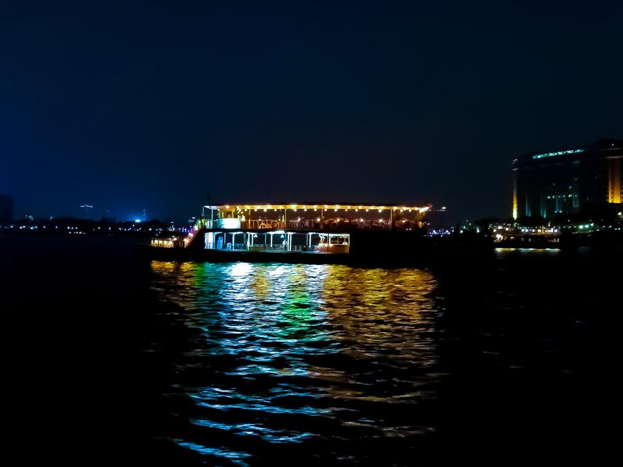 Bateau traditionnel khmer illuminé dans la nuit