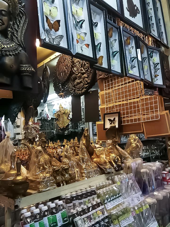 Allée remplie d'objets du marché russe de Phnom Penh