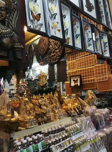 Stand du marché russe rempli d'objets de toutes sortes