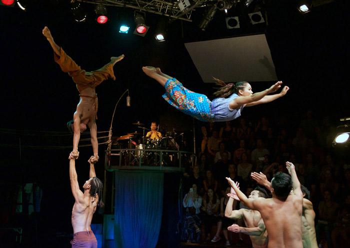 Figure acrobatique réalisée par des artistes du Phare Circus