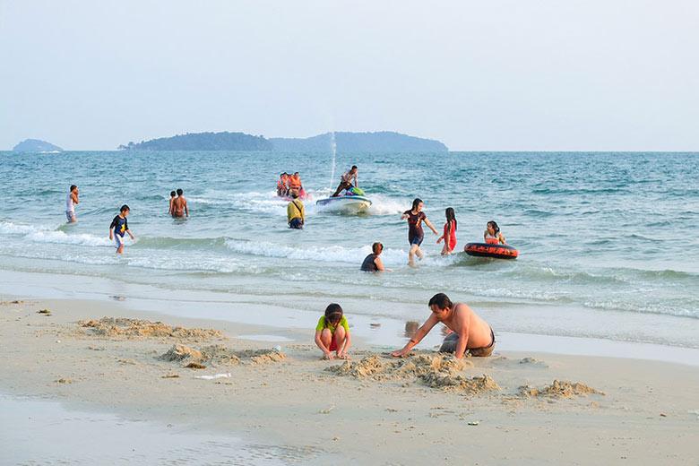 plage au Cambodge avec des enfants