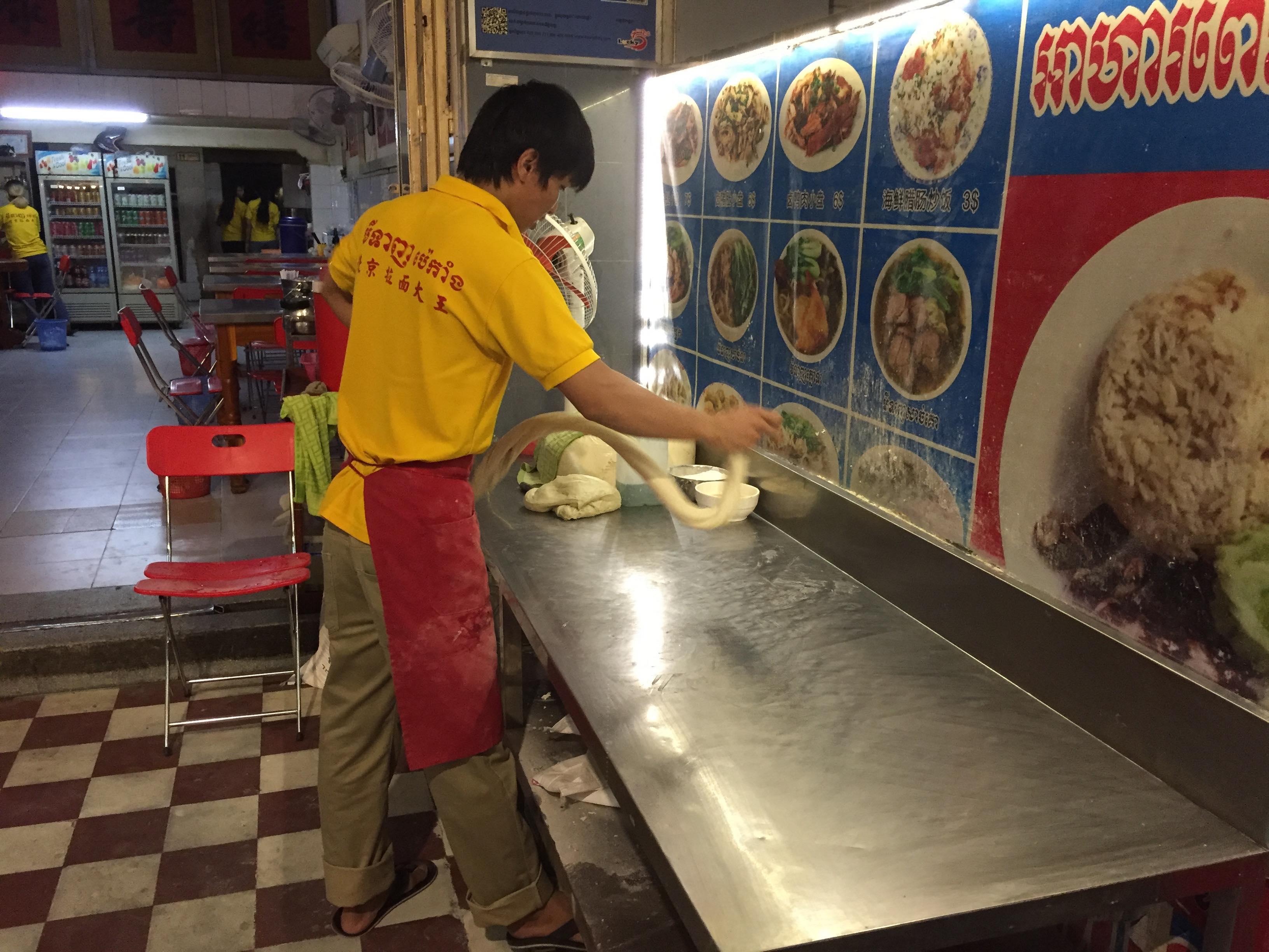 Le jeune cuisinier prépare sa pâte avant la découpe