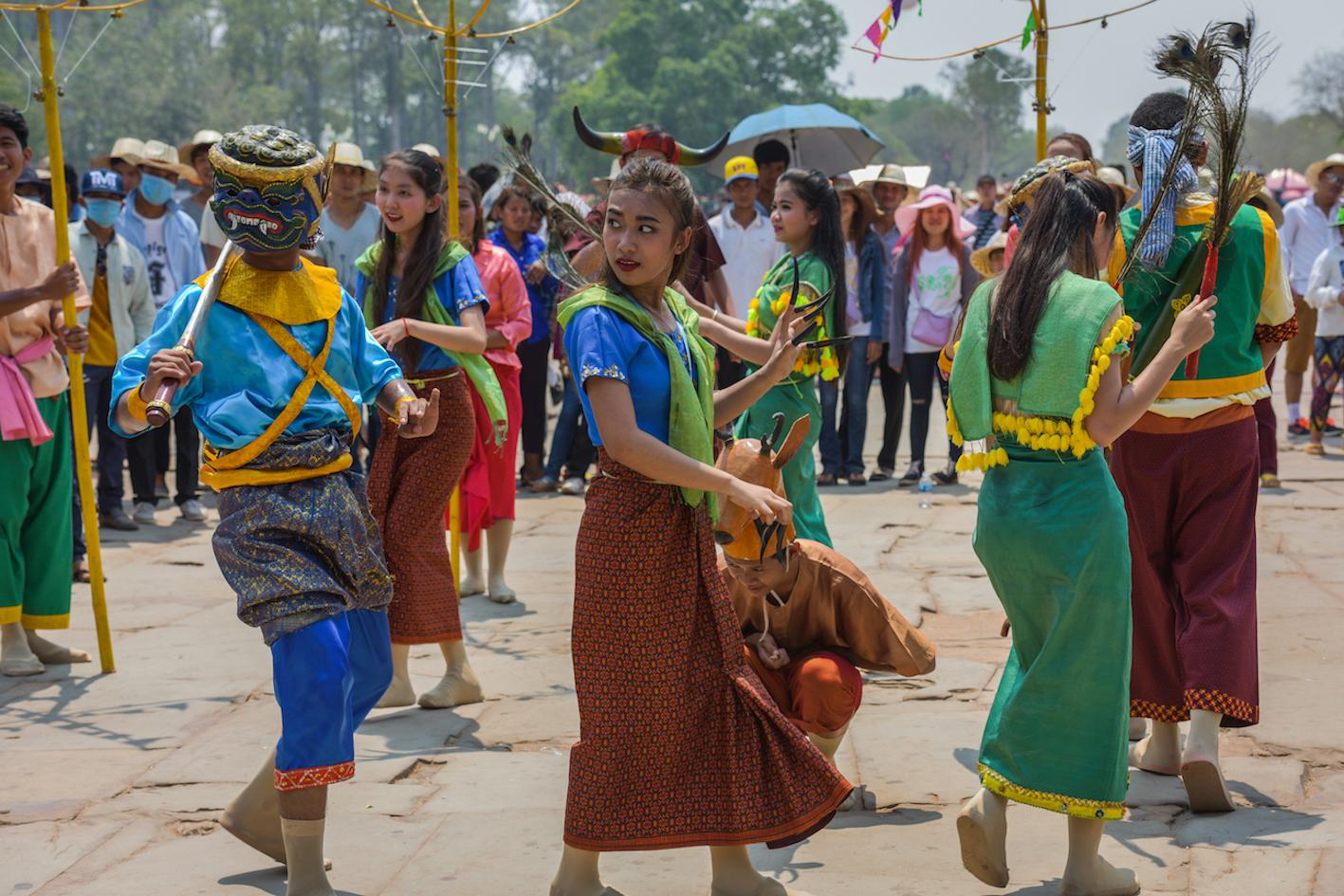 Danse traditionnelle lors du nouvel an khmer. Des vêtements très colorés au rendez-vous et certains masques.
