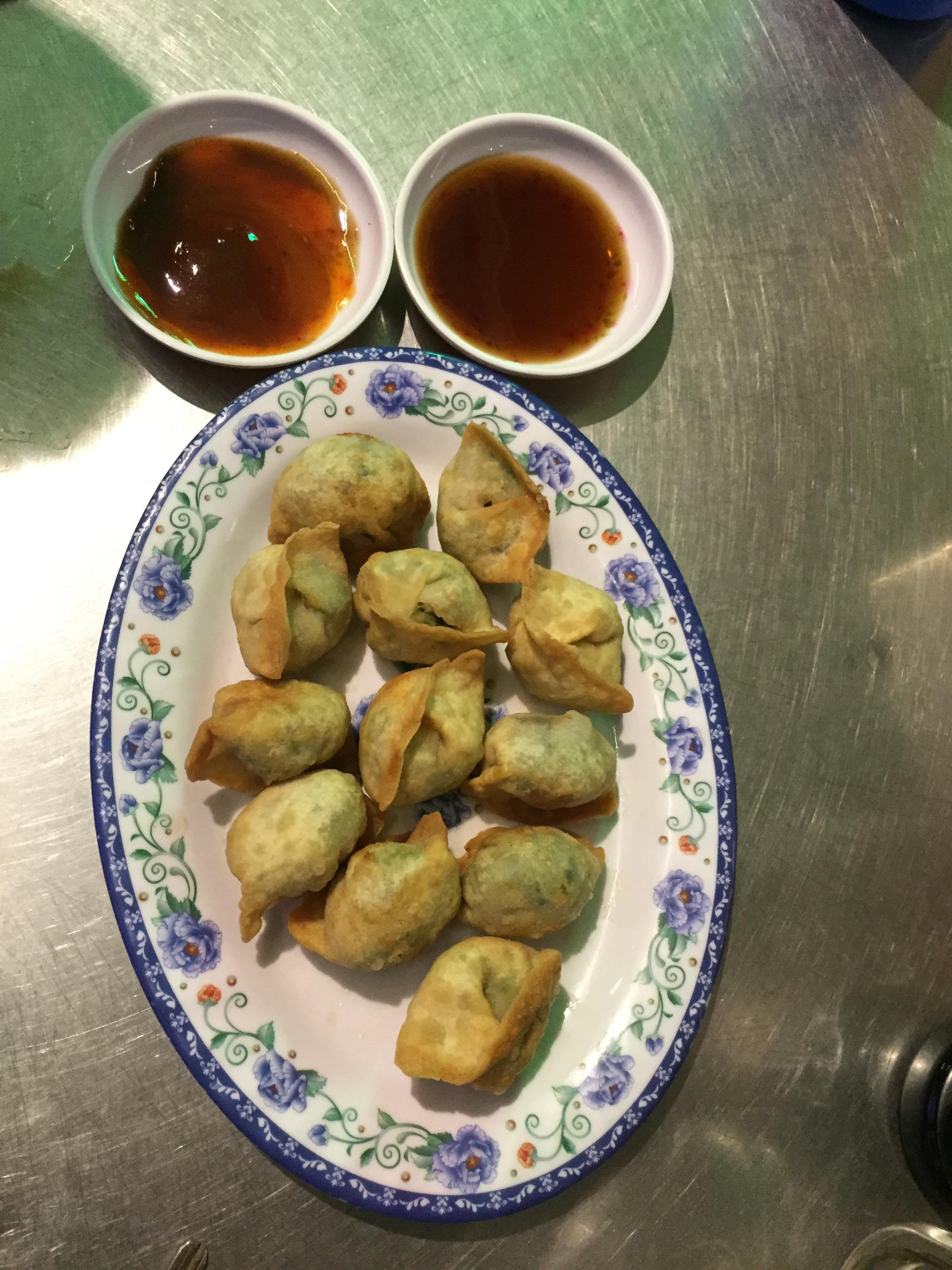 Les dumplings fris, accompagnés d'une sauce soja-chili