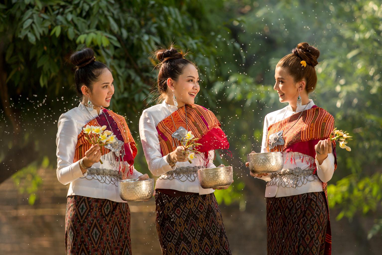 Des dames jouent avec de l'eau lors de la fête de l'eau.