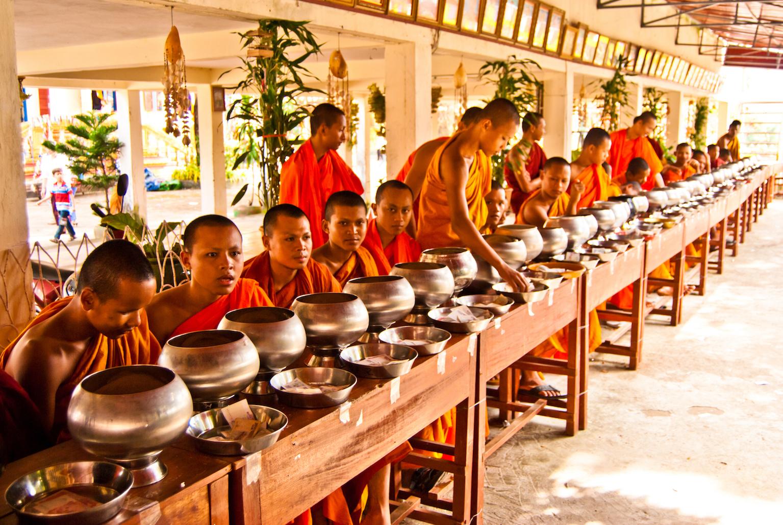 Les moines attendent patiemment la nourriture confectionnée par les familles, pour après la transmettre aux damnés.