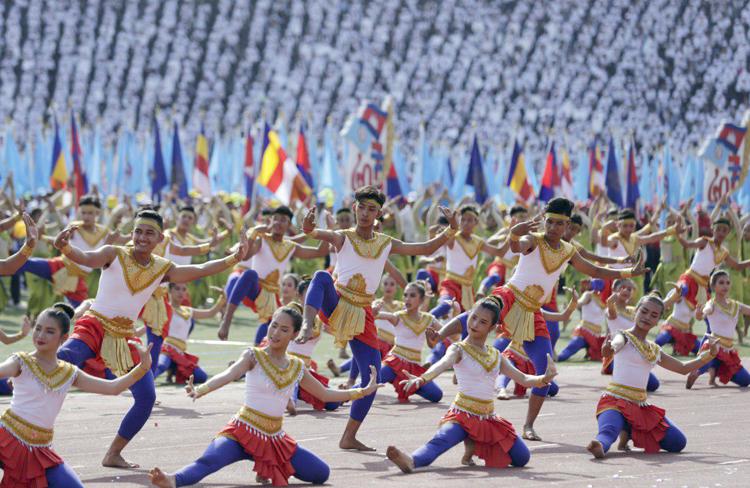 Les étudiants pratiquent la danse traditionnelle khmère : Robam. ©AKP